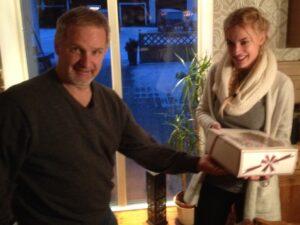 Leo Finnelä från Junsele Lions Club uppvaktar Cornelia Norberg med en tårta.
